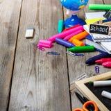 Zusammenstellung des Büros und des Schulbedarfs auf Holztisch Stockfotos