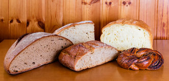 Zusammenstellung des Brotes auf Holztisch Selektiver Fokus Lizenzfreie Stockfotos