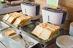 Zusammenstellung des frischen Gebäcks auf Tabelle im Buffet mit Toaster Lizenzfreies Stockbild