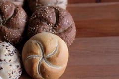 Zusammenstellung des gebackenen Brotes auf Holztischhintergrund Gebäck auf einem Holztisch Unscharfer Hintergrund Stockfotografie