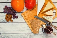 Zusammenstellung des Käses und der Früchte Stockfoto