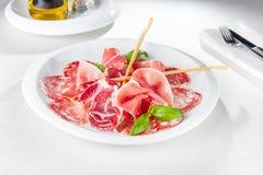 Zusammenstellung des kalten italienischen Fleisches, der Salami, des Schinkens und des Speckes der Delikatessen auf Teller Selekt Lizenzfreies Stockbild