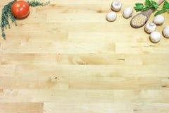 Zusammenstellung des Kochens von Bestandteilen Tomate, Thymian, Minze, Pilze und Samen des indischen Sesams auf Holztischhintergr lizenzfreie stockbilder