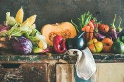 Zusammenstellung des verschiedenen Fallgemüses für das Kochen auf rustikalem Schrank stockfotos