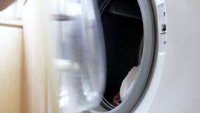 Zusammenstellung 4k der Hand öffnet Waschmaschine, schmutzige Kleidung der Lasten, schließt die Tür, wählt Temperatur vor und sch stock video footage