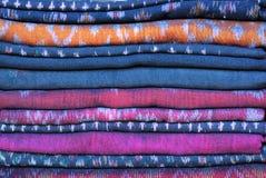 Zusammenstellung Sarongs für Verkauf Stockfotos
