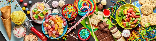 Zusammenstellung von bunten, festlichen Bonbons und von Süßigkeit Lizenzfreie Stockbilder