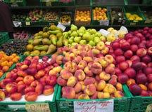 Zusammenstellung von bunten frischen Früchten für Verkauf an einem Markt stockbild