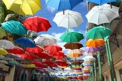 Zusammenstellung von den bunten Regenschirmen obenliegend Stockfotos