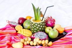 Zusammenstellung von den exotischen Früchten lokalisiert auf Weiß Stockfotos