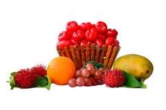 Zusammenstellung von den Früchten lokalisiert auf weißem Hintergrund Lizenzfreies Stockbild