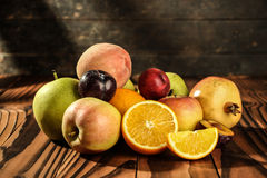 Zusammenstellung von exotischen Früchten auf dem Holztisch Lizenzfreie Stockfotos