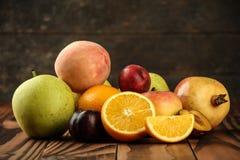 Zusammenstellung von exotischen Früchten auf dem Holztisch Stockfoto