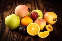 Zusammenstellung von exotischen Früchten auf dem Holztisch Stockfotografie