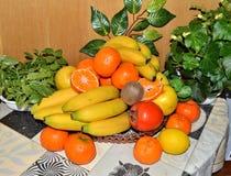 Zusammenstellung von exotischen Früchten auf Holztisch Lizenzfreies Stockfoto