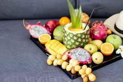 Zusammenstellung von exotischen Früchten auf Weiß Stockfotos