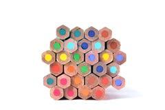 Zusammenstellung von farbigen Bleistiften über Weiß Lizenzfreie Stockfotografie