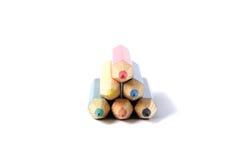 Zusammenstellung von farbigen Bleistiften über Weiß Stockbild