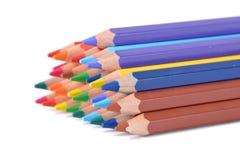 Zusammenstellung von farbigen Bleistiften über Weiß Stockbilder