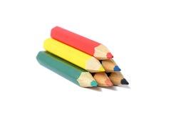 Zusammenstellung von farbigen Bleistiften über Weiß Stockfotografie