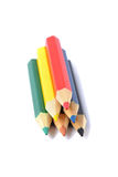Zusammenstellung von farbigen Bleistiften über Weiß Stockfoto