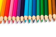 Zusammenstellung von farbigen hölzernen Zeichnungsbleistiften Stockfoto