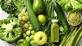 Zusammenstellung von frischen organischen Antioxydantien Grüne Obst und Gemüse stock video
