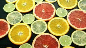 Zusammenstellung von geschnittenen Zitrusfrüchten stock footage