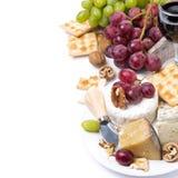 Zusammenstellung von Käsen, Glas Rotwein, Trauben, Cracker Stockbilder