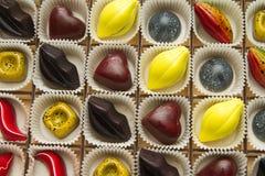 Zusammenstellung von mehrfarbigen vorzüglichen Schokoladen, Süßigkeitsschokolade lizenzfreie stockfotografie