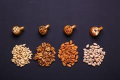 Zusammenstellung von Nüssen auf einem schwarzen Hintergrund - gesunder Snack Lizenzfreie Stockfotografie