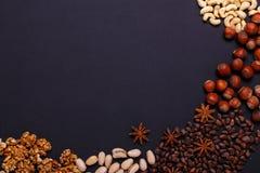 Zusammenstellung von Nüssen auf einem schwarzen Hintergrund - gesunder Snack Lizenzfreies Stockbild