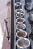 Zusammenstellung von Nüssen in einem alten Sockelschlüsselsatz stockfotografie