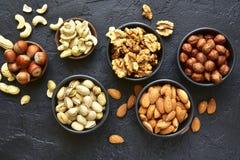 Zusammenstellung von Nüssen - gesunder Snack Beschneidungspfad eingeschlossen Stockfotografie