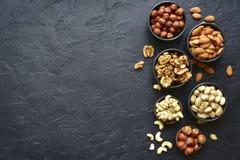 Zusammenstellung von Nüssen - gesunder Snack Draufsicht mit Kopienraum Lizenzfreie Stockfotos