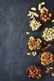 Zusammenstellung von Nüssen - gesunder Snack Draufsicht mit Kopienraum Stockfotos