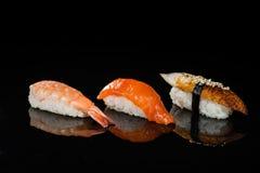 Zusammenstellung von nigiri Sushi mit Garnele, Lachsen und Aal Lizenzfreie Stockbilder