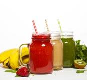 Zusammenstellung von Obst und Gemüse Smoothies in den Glasgefäßen mit Strohen Stockfotografie