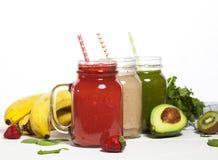 Zusammenstellung von Obst und Gemüse Smoothies in den Glasgefäßen mit Strohen Lizenzfreies Stockbild