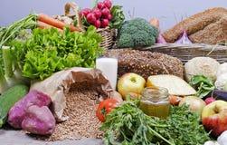Zusammenstellung von organischen Obst und Gemüse von Stockbilder
