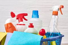 Zusammenstellung von Reinigungsmitteln im Wäschekorb stockfoto