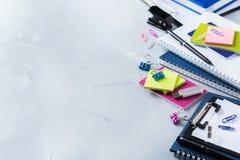 Zusammenstellung von Schulgeschäftsversorgungen, Zeichenstifte, Stifte Stockbilder