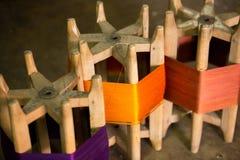 Zusammenstellung von silk Threadspulen von verschiedenen Schatten der Farbe Lizenzfreie Stockfotografie