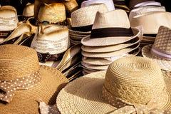 Zusammenstellung von Sommerstrohhüten Stockfotografie