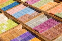 Zusammenstellung von Stück Seifen am Markt lizenzfreie stockfotografie