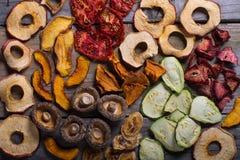 Zusammenstellung von Trockenfrüchten und von Gemüse Lizenzfreies Stockfoto