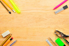 Zusammenstellung von verschiedenen Schuleinzelteilen stockbild