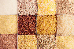 Zusammenstellungsgrützen als dekorativer Hintergrund Weizenperle, Bulgur, Hirse, Reis, Kuskus, Grieß, Maiskörner, Buchweizen, Qui Stockfoto