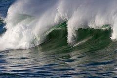 Zusammenstoßende große Welle Stockfotos