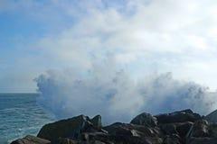Zusammenstoßende Welle auf Oregon-Strand Stockbild